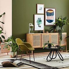 2017 is set to be the year of green! Along with deep, emerald tones, olive green is also looking forward to a moment in the spotlight. This colour is perfectly paired with natural surfaces for a modern safari-style vibe. #interior #design #olive #green #safari #2017trends