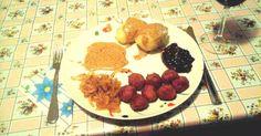 """Mennyei Klasszikus """"Köttbullar"""" recept! A ahogy nagyanyáink csinálták. A svéd konyha zászlóshajója (húsgolyók tejszínmártással és hidegen kikevert áfonyával). Swedish meatballs  (Svéd húsgolyók) egy fogalom az egész angol-szász világban. A klasszikus svéd konyha minden, csak nem fogyókúrás. Ez részint azért van, mert régen, az agrártársadalomban más volt pl. egy földet művelő családnak az energiaszükséglete, mint ma egy városlakónak. Az olaj használata teljesen ismeretlen volt (egyé..."""