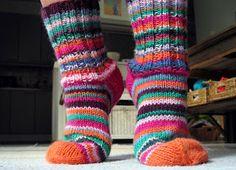 7 Veljestä-lankakerien lopuista syntyivät nämä värikkäät sukat syksyn varalle.