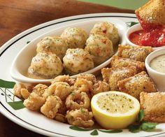 """@ Olive Garden """" Sampler Italiano """"  Elija entre: calamares, champiñones rellenos con almejas, calabaza frita, dedos de pollo, mozarella frita o ravioles de carne de res y cerdo tostados."""