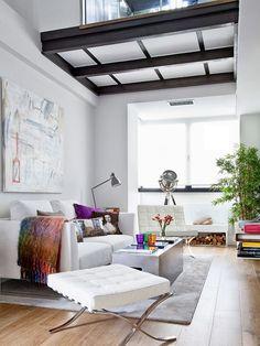 Невообразимо прекрасный двухэтажный лофт от архитектора Bethlehem Ferrándiz расположен в Мадриде, Испания. Владелец , молодой человек , работающий в  рекламном бизнесе, хотел квартиру с чистыми линиями и функциональным пространством.
