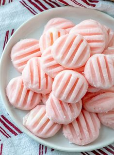 These Cream Cheese Mints, and their minty flavor and soft texture sounded completely irresistible. Best Grill Recipes, Easy Potluck Recipes, Easy Summer Desserts, Mint Recipes, Unique Desserts, Candy Recipes, Yummy Recipes, Dessert Recipes, Wedding Mints