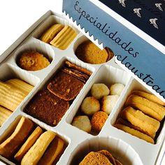 Uma caixa luxuosa. Contém sortido de bolachas e biscoitos diversos de manteiga, com amêndoa, entre outros. Produção artesanal das Monjas Beneditinas do Mosteiro de Santa Escolástica, em Santo Tirso.  Caixa 560gr