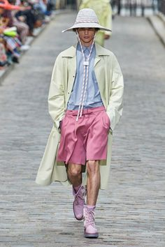 Explore the looks, models, and beauty from the Louis Vuitton Spring/Summer 2020 Menswear show in Paris on 20 June with show report by Olivia Singer Paris Fashion, Fashion Show, Mens Fashion, Fashion Trends, Runway Fashion, High Fashion, Vogue Paris, Hypebeast, Louis Vuitton Hombre