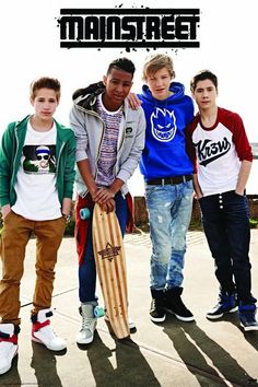 De Nederlands boyband met de vier jongens, Nils Käller, Daan Zwierink, Owen Playfair, en Rein van Duivenboden. www.merchandisehouse.nl