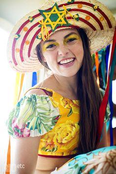 Gringa da perna de pau a caminho de Paquetá. De chitão com fantasia carnavalesca.