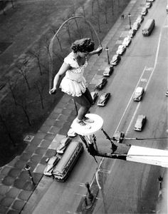 corde à sauter Old Pictures, Old Photos, Vintage Pictures, Foto Picture, Living On The Edge, Photocollage, Vintage Circus, Vintage Photographs, Belle Photo