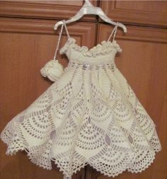 Hello friends. Today I want to show this beautiful baby dress.I loved, and you? Share. Kisses in the heart. - Crochet Designs Free