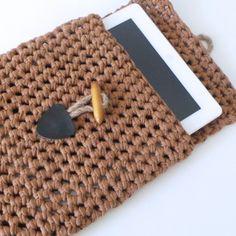 BruineTablet hoesGehaakte Tablet hoes gemaakt van100% recycle textielgaren. Deze textielgaren is licht van gewicht, licht elastisch en toch zeer stevig.afmeting:  /- 22x26 cmkleur:Bruinhoutje-touwtje sluiting
