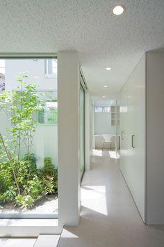建築家:磯部邦夫「深沢の家」 Casa Patio, Internal Courtyard, Interior Architecture, Interior Design, Timber House, Interior Garden, Paint Colors For Living Room, House Windows, House Entrance