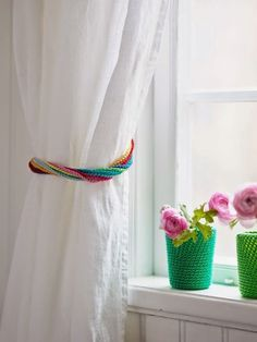 15 Crafts to Make with Mardi Gras Beads - thegoodstuff INSPIRATION using Mardi Gras Beads for window tie-backs and plant pots. Crochet Home, Love Crochet, Beautiful Crochet, Crochet Crafts, Bead Crafts, Crochet Curtains, Beaded Curtains, Diy Curtains, Mardi Gras Centerpieces