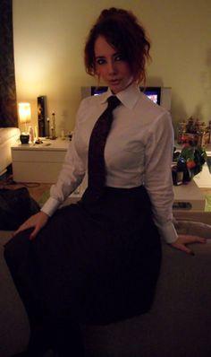 A British Gentleman! Women Ties, Suits For Women, School Girl Outfit, Girl Outfits, Women Wearing Ties, High Collar Blouse, Blazers, Good Looking Women, Pretty Shirts