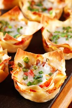 Italian Ham & Cheese Cups Ham and cheese, salami and bell peppers in a crispy hand-held cup! Perfect for dinner or appetizers!Ham and cheese, salami and bell peppers in a crispy hand-held cup! Perfect for dinner or appetizers! Appetizers For A Crowd, Italian Appetizers, Yummy Appetizers, Appetizer Recipes, Italian Ham, Italian Breakfast, Italian Style, Ham And Cheese, Appetisers