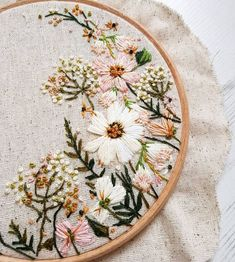 loustitches via Instagram Flower Embroidery Stitches, Floral Embroidery Patterns, Hand Embroidery Flowers, Embroidery Hoop Decor, Wedding Embroidery, Bee Embroidery, Creative Embroidery, Sewing Stitches, Hand Embroidery Designs