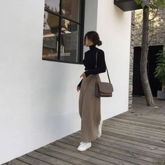 black tutleneck brown trousers wide leg satchel white trainers korean fashion ulzzang 얼짱 autumn fall casual outfits clothes street everyday comfy aesthetic soft minimalistic kawaii cute g e o r g i a n a : c l o t h e s Winter Fashion Outfits, Modest Fashion, Look Fashion, Fall Outfits, Autumn Fashion, Winter Outfits Korea, Japan Outfit Winter, Fashion Fashion, Japan Winter Fashion