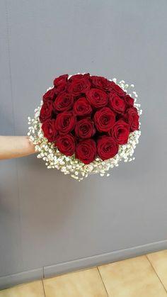 Pin by nitza on ramos de flores in 2019 Burgundy Wedding Theme, Red Rose Wedding, Red Bouquet Wedding, Red Rose Bouquet, Lily Wedding, Wedding Brooch Bouquets, Corsage Wedding, Bride Bouquets, Wedding Dress