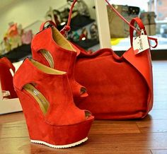 Sneakers red outfit high heels ideas for 2019 Red Shoes, Cute Shoes, Me Too Shoes, Wet Pants, Glasses Outfit, White Sneakers Outfit, Summer Purses, Shoe Boots, Shoe Bag
