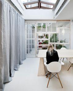 Dezeen offices - parete divisoria composta da diverse finestre assemblate