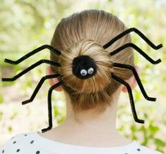 Halloween Hairstyles to Complete Your Killer Costume Use pipe cleaners to turn your sock bun into a spider.Use pipe cleaners to turn your sock bun into a spider. Crazy Hair Day At School, Crazy Hair Days, Halloween Meninas, Wacky Hair Days, Days For Girls, Kids Girls, Hair Romance, Halloween Looks, Halloween Spider