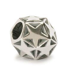 """Stella Scintillante  Il dodecaedro, il poliedro con dodici facce, è celebre come """"forma perfetta"""" per la sua armonica geometria. Questo beads, caratterizzato da dodici facce, allo stesso tempo quadrate e rotonde, con dieci stelle a cinque punte, rievoca in tutto e per tutto una notte stellata. Prova a giocarci e potrai ammirarla proprio sul tuo bracciale."""