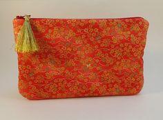 trousse pochette plate en tissu japonais rouge à fleurs dorées : Trousses par mademoiselle-rose
