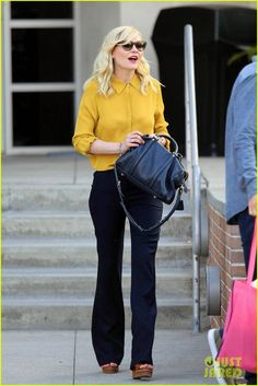 Kirsten Dunst: yellow shirt, black tote, bootcuts and platform sandals. Oh! And perfect glasses.