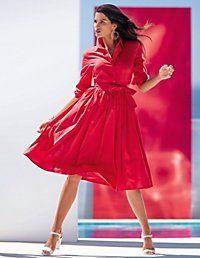 Feminine Silhouette: Das sommerliche Hemdblusenkleid in der verführerischen Farbe Granatapfel.