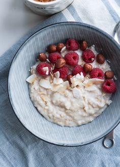 Dagens indlæg er mere et lille tip, end det egentligt er en opskrift. Jeg vil nemlig gerne tippe jer om, at havregrød lavet på mandelmælk virkelig smager skønt. Så hvis du normalt koger din havregrød på almindelig mælk (eller vand), så prøv med mandelmælk. Smagen bliver mere cremet og virker næsten dessert-agtig. Jeg toppede min... Healthy Breakfast Snacks, Breakfast Recipes, Dessert Recipes, Desserts, Food N, Food And Drink, Breakfast Photography, Magic Recipe, Recipes From Heaven