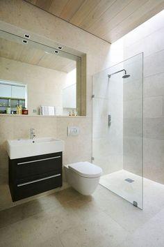 maison BBC avec salle de bains moderne, carrelage mural beige pastel et cabine de douche design