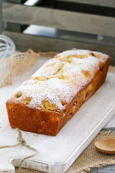 A simple STRAWBERRY & YOGHURT LOAF that's perfect for school lunch boxes, afternoon snacks. or even breakfast on the run! Baking Recipes, Cake Recipes, Dessert Recipes, Loaf Recipes, Biscuits, Healthy Afternoon Snacks, Healthy Snacks, Kolaci I Torte, Lunch Box Recipes