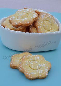 Voilà des petits biscuits tout simples, à réaliser avec les enfants et à déguster avec un bon chocolat chaud pour le goûter! Pour une trentaine de fleurs: 250 g de farine 50 g de poudre d'amandes 150 g de beurre 90 g de sucre 1 pincée de sel 1 oeuf  ...