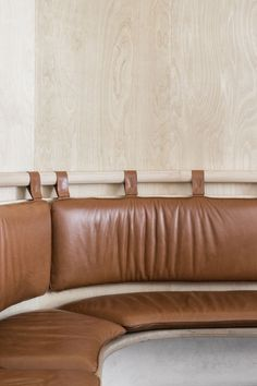 curved banquette style seating in tan leather at Secolo Restaurant by Renato D'Ettorre Architects Banquette Seating Restaurant, Kitchen Banquette, Kitchen Nook, Built In Seating, Built In Bench, Cafe Bench, Leather Bench Seat, Banquet Seating, Modul Sofa