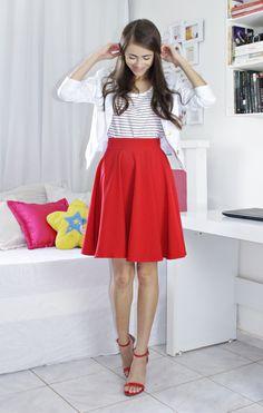 Blog: http://www.byanak.com.br/2016/12/projeto-12-cores-vermelho.html  Instagram: https://www.instagram.com/byanak/  #saia #Skirt #red #vermelha #blazer #branco #white #blusa #tshirt #listras #stripes #sandals #sandalias #pinkbasis #amiclubwear #shoes