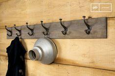 Patère géante bois-métal et autres patères & porte manteaux à découvrir chez PIB, spécialiste du meuble, luminaire et déco style vintage.