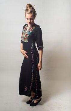 Schwarze mexikanische bestickt Kleid / schwarzen von vintagekiska                                                                                                                                                                                 Mehr