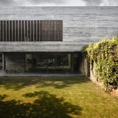 The exposed concrete house, dubbed as the Private Residence No. 7 is located in the middle of a neo-posh locality in Ahmedabad, India. Exposed Concrete, Exposed Brick, Grid Architects, Decoration Shop, Mansions Homes, Indian Home Decor, Contemporary Architecture, Architecture Design, India Architecture