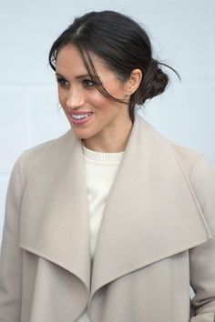 Prince Harry Meghan Markle Photos - Prince Harry and Meghan Markle during a visit to Titanic Belfast maritime museum on March 2018 in Belfast, Nothern Ireland. - Prince Harry And Meghan Markle Visit Northern Ireland Royal Hairstyles, Bun Hairstyles, Wedding Hairstyles, Meghan Markle Photos, Meghan Markle Style, Lady Diana, Old Hollywood Waves, Hair Evolution, Shaggy Haircuts