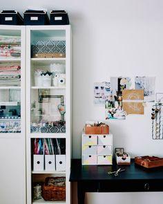Verwandle dein Büro in ein Studio mit cleverer Aufbewahrung, wie hier z. B. mit einem weißen BILLY Bücherregal, in dem Mona Bastelutensilien verstaut.