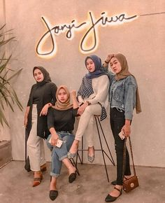 Muslim Women Fashion, Arab Fashion, Casual Hijab Outfit, Ootd Hijab, Bff Poses, Korean Best Friends, Hijab Look, Hijab Trends, Girl Friendship