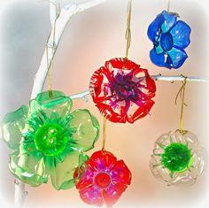 bouteille en plastique coloré à réutiliser et transformer en pendentif original en forme de fleur