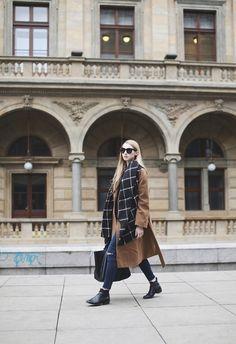 PAVLINA JAGROVA : dark blue jeans