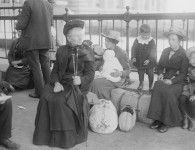 Ellis Island.  Can you imagine starting over in a strange land at this age? World History, Family History, Old Pictures, Old Photos, Ellis Island Immigrants, New York Harbor, Thats The Way, Interesting History, Historical Pictures