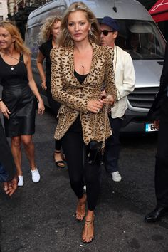 With models like Rosie Huntington-Whitely, Bella Hadid and Kendall Jenner coming to the end of their London Fashion Week stint, take a look at our favorite off-duty looks from the streets of London. Fashion Week, Star Fashion, Fashion Looks, Lily Aldridge, Bella Hadid, Gigi Hadid, Kendall Jenner, Cool Outfits, Casual Outfits