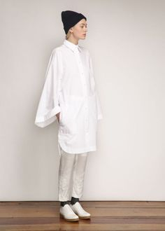 Beautiful White tunic with the big sleeves! From Daily Fashion Muse 9550369777f5201b4ae1a0b870f08c54
