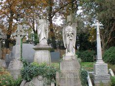 ロンドンのMonumental cemeteryのひとつ、Highgate Cemeteryに行きました。とても神秘的な雰囲気であると同時に、平和を感じる場所です。Kark Marx, George Eliot, Douglas Adamsなどの有名な作家のお墓が並んでいます。