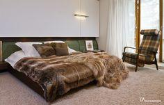 Wnętrze stylowej sypialni w stylu retro z wykładziną na podłodze. www.bartekwlodarczyk.com