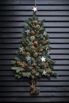 Sæt juletræet til dørs annette von einem jul dekoration til døren kogler gran xmastree Christmas Door Decorations, Diy Christmas Tree, Rustic Christmas, Simple Christmas, Christmas Wreaths, Christmas Ornaments, Hygge Christmas, Holiday Decor, Christmas Inspiration
