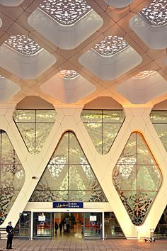 luxurious patterns at the Marrakesh airport Islamic Architecture, Amazing Architecture, Art And Architecture, Architecture Details, Installation Architecture, Airport Design, Plafond Design, Urban Design, Interior And Exterior