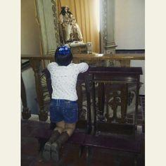 Niña de 7 años pidiendo a la #DivinaPastora por la salud de sus tíos...