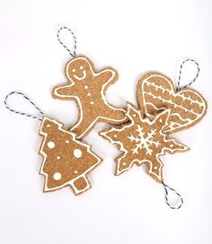 DIY gingerbread ornaments made of cork. Perfect for your Christmas tree!